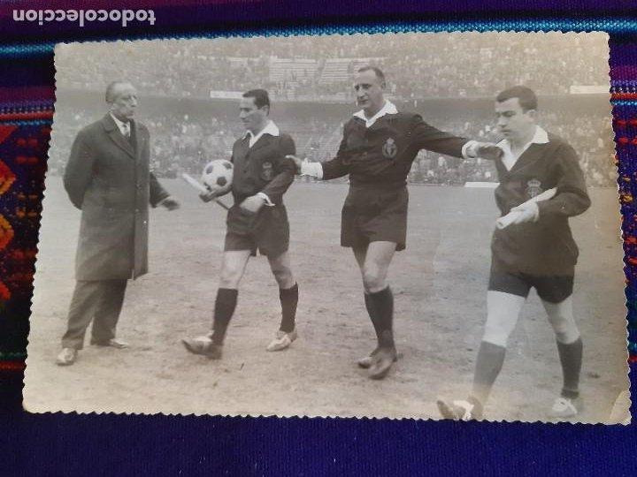 Coleccionismo deportivo: FOTO REAL MADRID VS CÓRDOBA CF GENTO JUANÍN ÁRBITRO JOSÉ LUIS LÓPEZ ZABALLA. 9-4-1967. 3 DE REGALO. - Foto 9 - 230229990