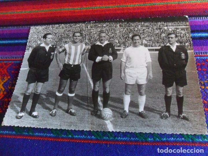 FOTO REAL MADRID VS CÓRDOBA CF GENTO JUANÍN ÁRBITRO JOSÉ LUIS LÓPEZ ZABALLA. 9-4-1967. 3 DE REGALO. (Coleccionismo Deportivo - Documentos - Fotografías de Deportes)