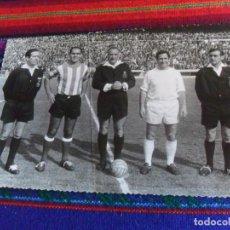 Coleccionismo deportivo: FOTO REAL MADRID VS CÓRDOBA CF GENTO JUANÍN ÁRBITRO JOSÉ LUIS LÓPEZ ZABALLA. 9-4-1967. 3 DE REGALO.. Lote 230229990