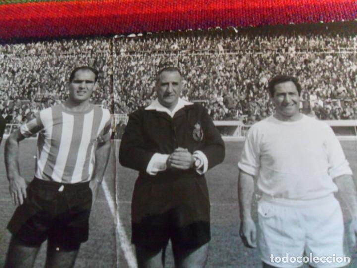 Coleccionismo deportivo: FOTO REAL MADRID VS CÓRDOBA CF GENTO JUANÍN ÁRBITRO JOSÉ LUIS LÓPEZ ZABALLA. 9-4-1967. 3 DE REGALO. - Foto 2 - 230229990