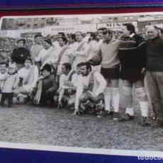 Coleccionismo deportivo: FOTO CAMISETA RAYO VALLECANO DE ÁNGEL NIETO, FERNANDO SANCHO, ÁNGEL DE ANDRÉS. 1972. 7 DE REGALO.. Lote 223944421