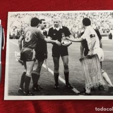 Coleccionismo deportivo: F12036 FOTO FOTOGRAFIA FINAL UEFA REAL MADRID VIDEOTON(22-5-1985)SANTILLANA ALEXIS PONNET BANDERINES. Lote 231200715