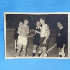 Coleccionismo deportivo: FOTO ENTREGA OBSEQUIO - REAL MURCIA / HÉRCULES DE ALICANTE , AÑOS 70, MEDIDAS 18×13 CM.. Lote 232271020