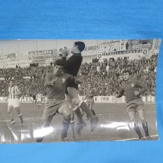 Coleccionismo deportivo: FOTO - PARTIDO REAL MURCIA / REAL BETIS, AÑOS 70 , MEDIDAS 12×18 CM. FOTOS LÓPEZ. Lote 232272635