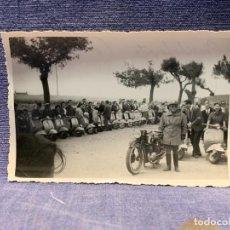 Coleccionismo deportivo: FOTO CONCENTRACION MOTO MOTOCICLETA VESPA VESPAS 1957 SALAMANCA BABILAFUENTE 7X10,5CM. Lote 233649075