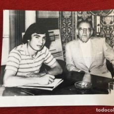 Coleccionismo deportivo: F12902 FOTO FOTOGRAFIA ORIGINAL JORGE ORLANDO LOPEZ CONTRATO SEVILLA EUGENIO MONTES CABEZA 25-6-1980. Lote 235474980