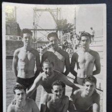 Coleccionismo deportivo: EQUIPO DE WATERPOLO DEL CLUB NATACIÓ CATALUNYA DEL AÑO 1946, FOTOGRAFÍA TAMAÑO POSTAL, VER FOTOS. Lote 235521120