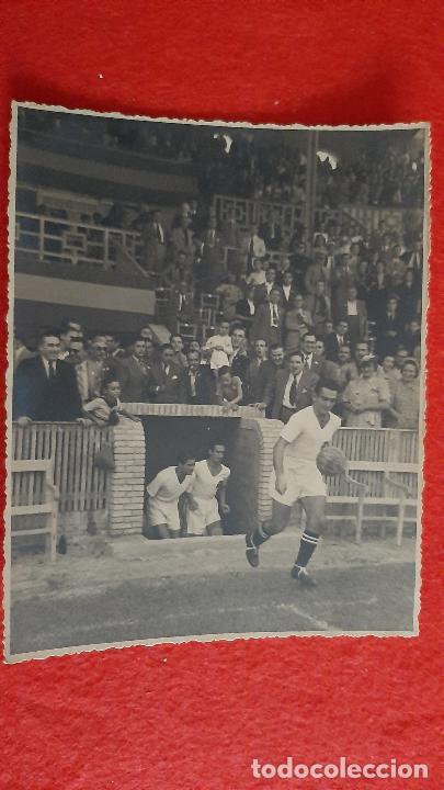 FOTO FUTBOL VALENCIA CF MUNDO Y JUGADORES SALIENDO AL CAMPO ORIGINAL FF8 (Coleccionismo Deportivo - Documentos - Fotografías de Deportes)