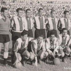 Collectionnisme sportif: HÉRCULES C.F. ALINEACIÓN PARTIDO DE LIGA 1957-1958 EN LA VIÑA CONTRA EL BETIS. FOTO. Lote 236255750