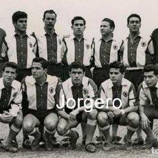 Collectionnisme sportif: HÉRCULES C.F. ALINEACIÓN PARTIDO DE LIGA 1958-1959 EN LA VIÑA CONTRA EL MURCIA. FOTO. Lote 236255810