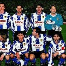 Collectionnisme sportif: HÉRCULES C.F. ALINEACIÓN PARTIDO DE LIGA 1996-1997 EN EL CAMP NOU CONTRA EL BARCELONA. FOTO. Lote 236255920