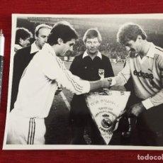 Coleccionismo deportivo: F13099 FOTO FOTOGRAFIA REAL MADRID BORUSSIA MÖNCHENGLADBACH(11-12-1985)SANTILLANA CAPITANES BANDERIN. Lote 236403705