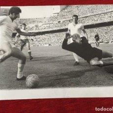 Coleccionismo deportivo: F13510 FOTO FOTOGRAFIA ORIGINAL REAL MADRID 4-1 LAS PALMAS(24-5-1970)GOL MIGUEL PEREZ AMANCIO CATALA. Lote 237530765