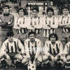 Collectionnisme sportif: D. ALAVÉS. ALINEACIÓN PARTIDO DE LIGA 1980-1981 EN MENDIZORROZA CONTRA EL OVIEDO. FOTO. Lote 238134965