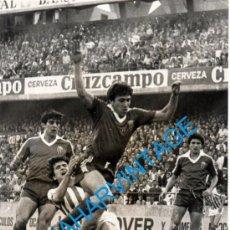 Coleccionismo deportivo: ANTIGUA FOTOGRAFIA PARTIDO REAL BETIS - REAL ZARAGOZA, GORDILLO, VICTOR MUÑOZ, 128X178MM. Lote 241101530