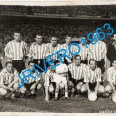 Coleccionismo deportivo: SEVILLA, 1960, ESTADIO RAMON SANCHEZ PIZJUAN, VIEJAS GLORIAS DEL ATHLETIC DE BILBAO, RARA,82X58MM. Lote 244678590