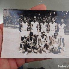 Coleccionismo deportivo: FOTOGRAFÍA ORIGINAL DE EQUIPO DE BALONCESTO BASKET A IDENTIFICAR. Lote 250320445