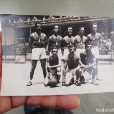 Coleccionismo deportivo: FOTOGRAFÍA ORIGINAL DE EQUIPO DE BALONCESTO BASKET A IDENTIFICAR. Lote 250320660