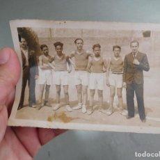 Coleccionismo deportivo: FOTOGRAFÍA ORIGINAL 3ER EQUIP MAIG DE 1935 EQUIPO DE BALONCESTO BASKET A IDENTIFICAR. Lote 250321505