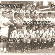 Coleccionismo deportivo: FOTO, BILBAO ATHLETIC (EQUIPO B), AÑOS 90, CON EL PRESIDENTE LERTXUNDI Y ANDONI GOIKOETXEA, ORIGINAL. Lote 251206190