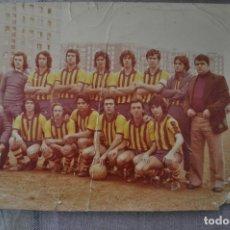 Colecionismo desportivo: FOTOGRAFÍA FUBOL AÑOS 80 TAMAÑO 30X24CM. ALGUNAS ARRUGAS. EQUIPO DESCONOCIDO. SELLO DE FOTOGRAFO DOR. Lote 252814085