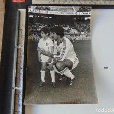 Coleccionismo deportivo: FOTOGRAFIA DE NIÑO Y JUGADOR DEL SEVILLA F C, FOTOS MIGUEL ESTADIO SANCHEZ PIZJUAN. Lote 254435995