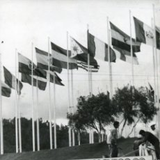 Coleccionismo deportivo: LAS BANDERAS DE TODOS LOS PAÍSES PARTICIPANTES OLIMPIADAS MÉXICO 68 ONDEAN EN LA VILLA OLÍMPICA. Lote 261338850