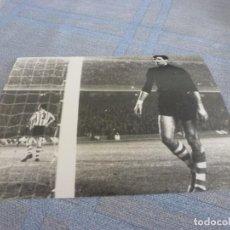 Coleccionismo deportivo: FOTO MATE (11 X 15) IRIBAR EN UN BARÇA-ATH.CLUB DE BILBAO EN EL CAMP NOU. Lote 261797560