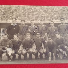 Coleccionismo deportivo: INTERESANTE FOTOGRAFIA ANTIGUA FIRMADA POR LOS JUGADORES F.C BARCELONA. Lote 262401610