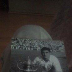 Collectionnisme sportif: FOTO DEL JUGADOR DEL SEVILLA JUAN ARZA PICHICHI AÑOS 50 CON TROFEO. Lote 262729140