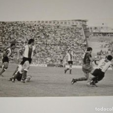 Coleccionismo deportivo: FOTOGRAFIA DEL PARTIDO DEL FC BARCELONA - HERCULES FC , TEMP. 78 / 79 , 18 X 12 CM, BUEN ESTADO. Lote 262913575