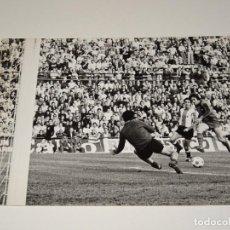 Coleccionismo deportivo: FOTOGRAFIA DEL PARTIDO DEL FC BARCELONA - HERCULES FC , TEMP. 78 / 79 , 18 X 12 CM, BUEN ESTADO. Lote 262913650