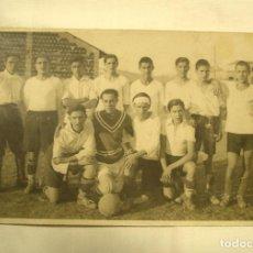 Coleccionismo deportivo: GUINARDO EQUIPO DE FUTBÓL AÑO 1930 POSTAL FOTOGRAFICA, DORSO RELACION DE JUGADORES. Lote 266466858