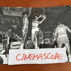Coleccionismo deportivo: BALONCESTO BASKET CENTRO DEPORTES MANRESA SELECCION DOMINICANA FOTO ORIGINAL ANTIGUA AÑOS 70. Lote 268278029
