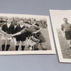 Coleccionismo deportivo: 2 FOTOGRAFIAS DE SELECCIÓN ESPAÑOLA DE FUTBOL CON BANDERIN CON AGUILA FRANQUISTA MERANO ITALIA 1949. Lote 271617068