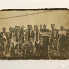 Coleccionismo deportivo: FÚTBOL. FOTOGRAFÍA ANTIGUA. ATHLETIC SAGUNTINO, VALENCIA (H.1932) MEDÍDAS: 9 X 6 CM., DESLUCIDA!!!. Lote 274944103
