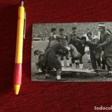 Coleccionismo deportivo: R14826 FOTO FOTOGRAFIA ORIGINAL PRENSA REAL MADRID SEVILLA (27-12-1964) LESION SALVADOR MUT POLICIAS. Lote 277638548