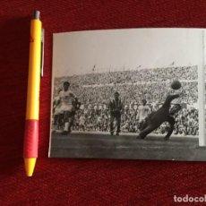 Coleccionismo deportivo: R14827 FOTO FOTOGRAFIA ORIGINAL DE PRENSA ATLETICO MADRID SEVILLA ADELARDO SALVADOR MUT LATORRE. Lote 277638763