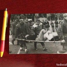 Coleccionismo deportivo: R14828 FOTO FOTOGRAFIA ORIGINAL PRENSA REAL MADRID SEVILLA (27-12-1964) LESION SALVADOR MUT POLICIAS. Lote 277638878
