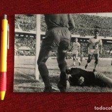 Coleccionismo deportivo: R14829 FOTO FOTOGRAFIA ORIGINAL DE PRENSA SEVILLA 1-0 REAL MADRID (22-12-1963)SALVADOR MUT. Lote 277639568