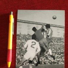 Coleccionismo deportivo: R14830 FOTO FOTOGRAFIA ORIGINAL DE PRENSA ATLETICO MADRID 1-1 SEVILLA (13-10-1963) SALVADOR MUT. Lote 277639663