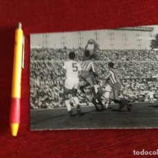 Coleccionismo deportivo: R14831 FOTO FOTOGRAFIA ORIGINAL DE PRENSA ATLETICO MADRID 1-1 SEVILLA (13-10-1963) SALVADOR MUT. Lote 277639703