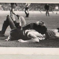 Coleccionismo deportivo: BUENA FOTO DEL FAMOSO JUGADOR DEL BARÇA JOHAN CRUYFF - MOMENTO DE UNA LESIÓN - FOTO D PEREZ DE ROZAS. Lote 279444923