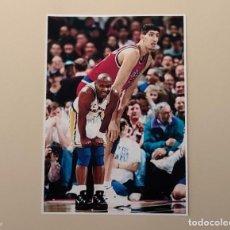 Coleccionismo deportivo: FOTOGRAFÍA BALONCESTO DE GHEORGHE MURESAN Y TIM HARDWAY (NBA). Lote 120322527