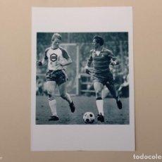 Coleccionismo deportivo: FOTOGRAFÍA FÚTBOL RONALD KOEMAN Y JOHAN CRUYFF. PARTIDO FC GRONINGEN - AJAX (1981) HOLANDA.. Lote 140912789
