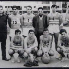 Coleccionismo deportivo: X182 JOVENES HOMBRES ADOLESCENTES / EQUIPO ARGENTINO AMATEUR DE BALONCESTO BASQUET FOTO 15X10 1950'. Lote 288190423