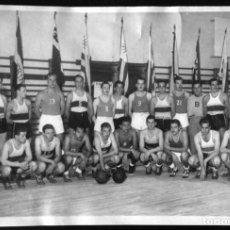 Coleccionismo deportivo: X183 EQUIPO DE URUGUAY DE BALONCESTO BASQUET / JÓVENES HOMBRES EN ROPA DEPORTIVA FOTO 18X12CM 1950'. Lote 288190953
