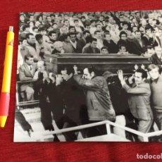 Coleccionismo deportivo: F15723 FOTO FOTOGRAFIA ORIGINAL DE PRENSA ENTIERRO PEDRO BERRUEZO MARTIN MALAGA SEVILLA (8-1-1973). Lote 288567823