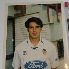 Coleccionismo deportivo: VALENCIA CLUB DE FUTBOL TEMPORADA 95 96 FOTO JUGADOR PAPEL AGFA. Lote 296067373