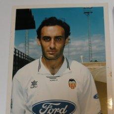 Coleccionismo deportivo: VALENCIA CLUB DE FUTBOL TEMPORADA 95 96 FOTO JUGADOR PAPEL AGFA. Lote 296067473